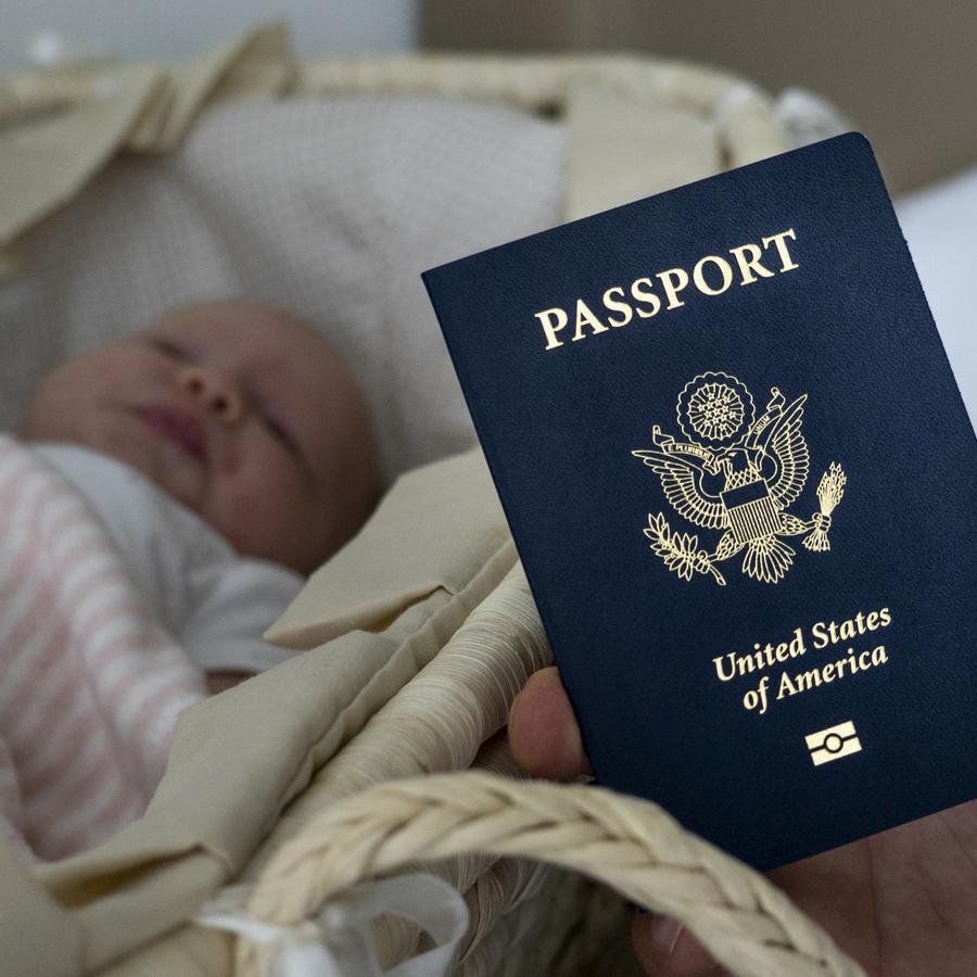 En esta fotografía se muestra a un bebé hijo de ciudadanos rusos con su pasaporte estadounidense