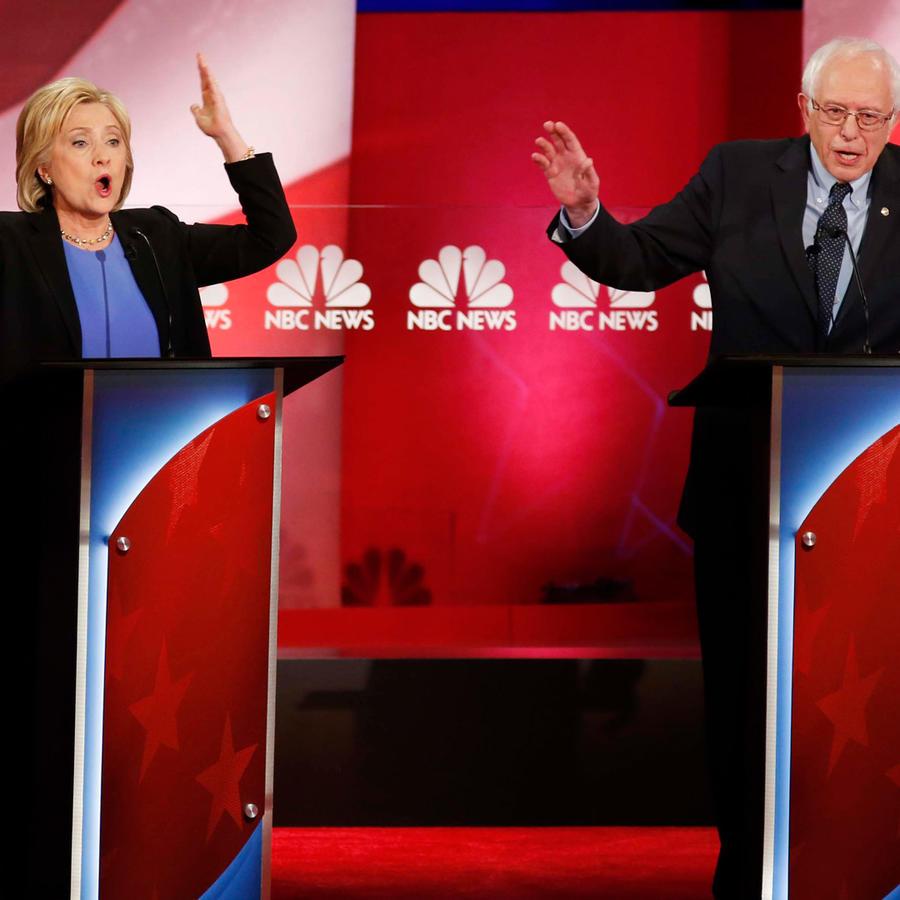 Hillary Clinton y Bernie Sanders en un debate en las primarias de 2016.
