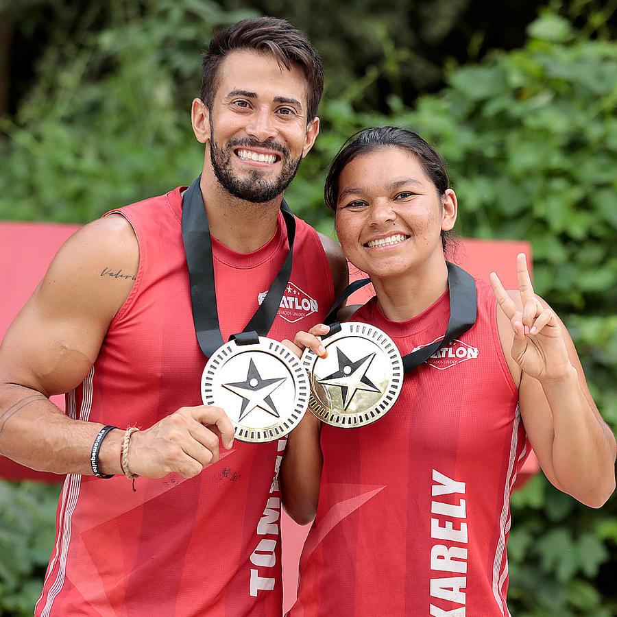 Tommy y Karely presumen sus medallas