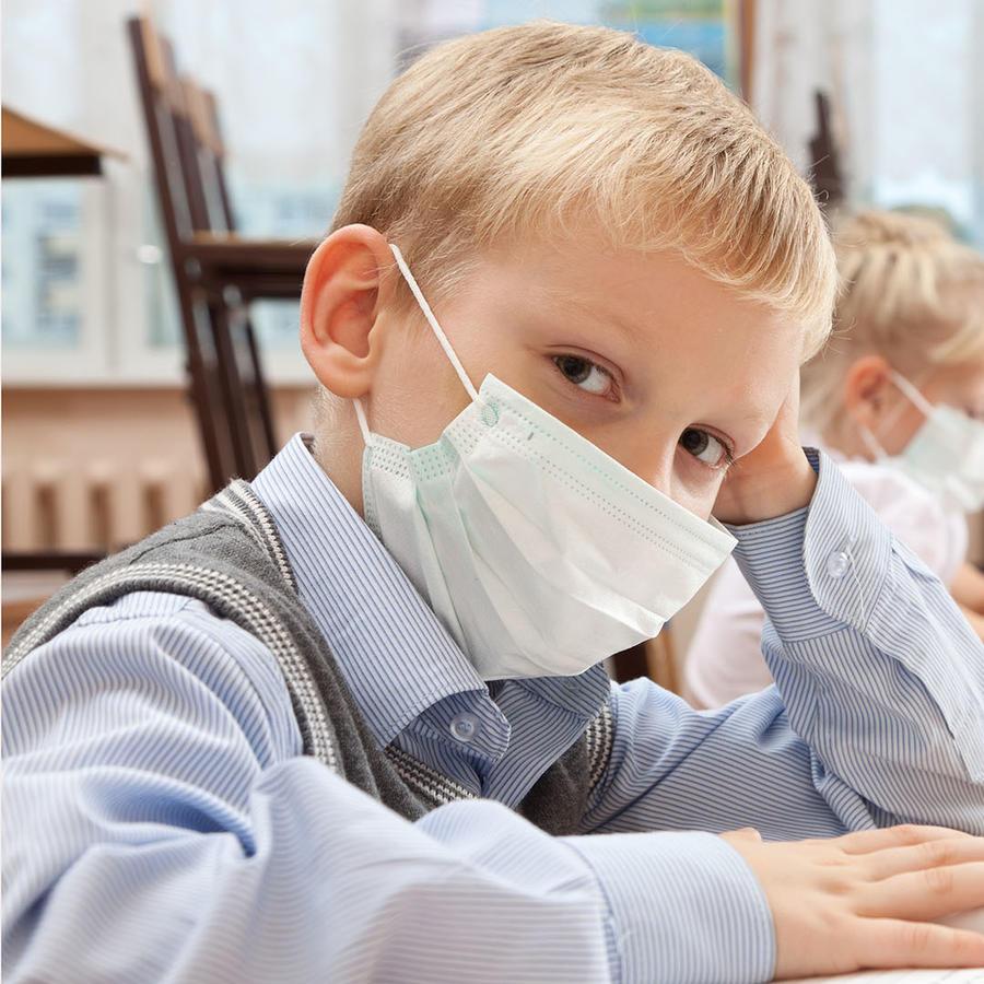 Niños usando cubrebocas