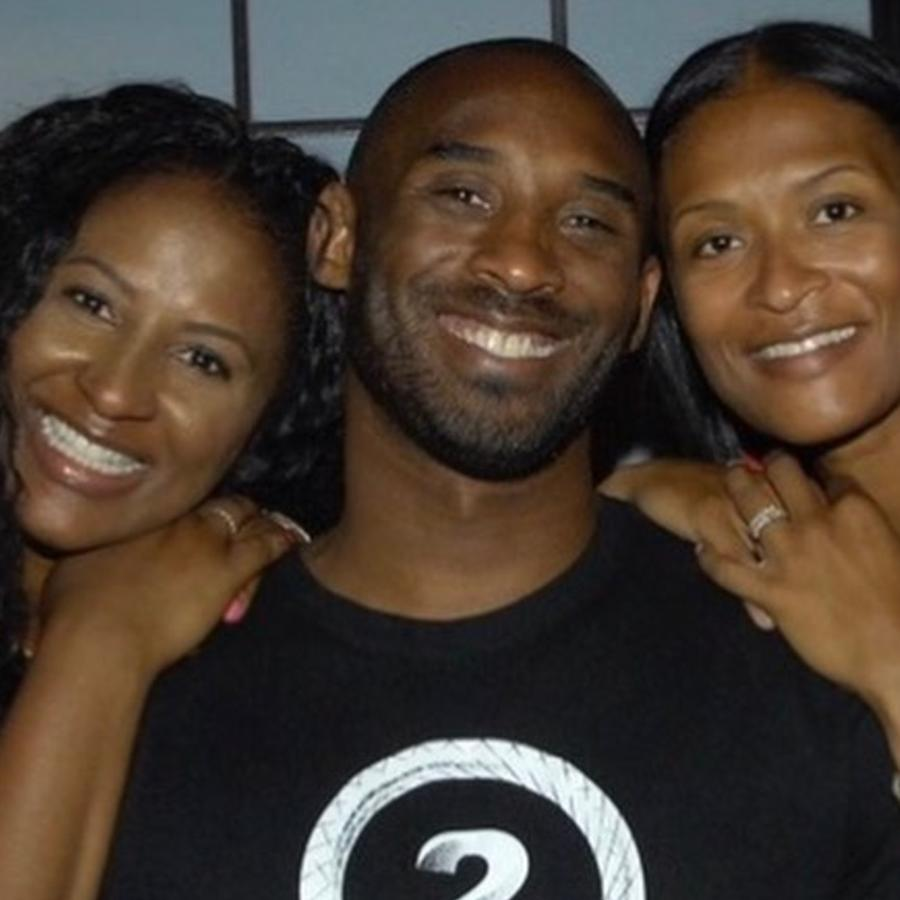 Kobe Bryant con sus hermanas, Sharia Washington y Shaya Tabb