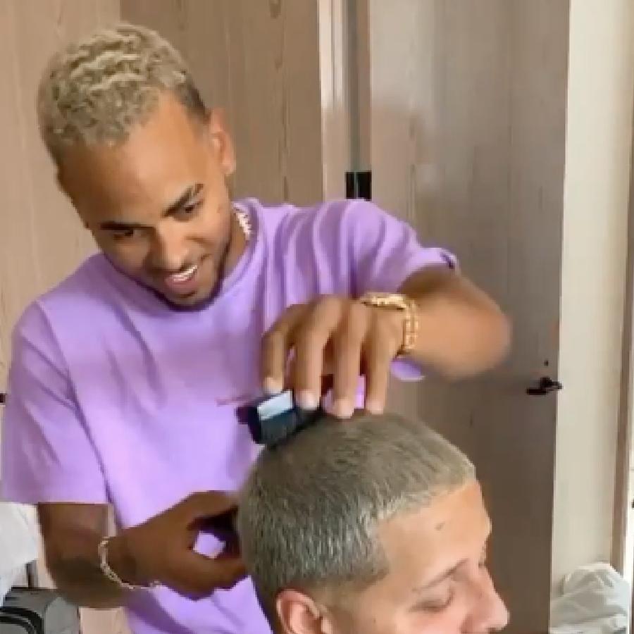 Ozuna cortando el cabello