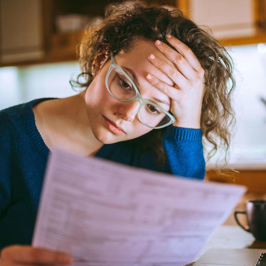 Mujer analizando documento