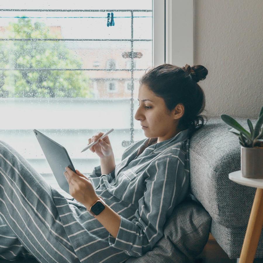 Mujer leyendo en su tablet