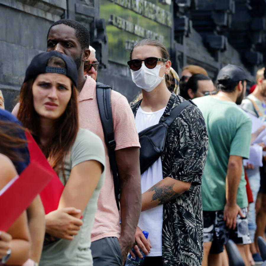 Turistas varados en Bali hacen cola frente a una oficina del servicio de inmigración para prolongar sus visas el 23 de marzo del 2020. Cantidades de turistas están varados en los países que visitan como consecuencia de la pandemia de coronavirus