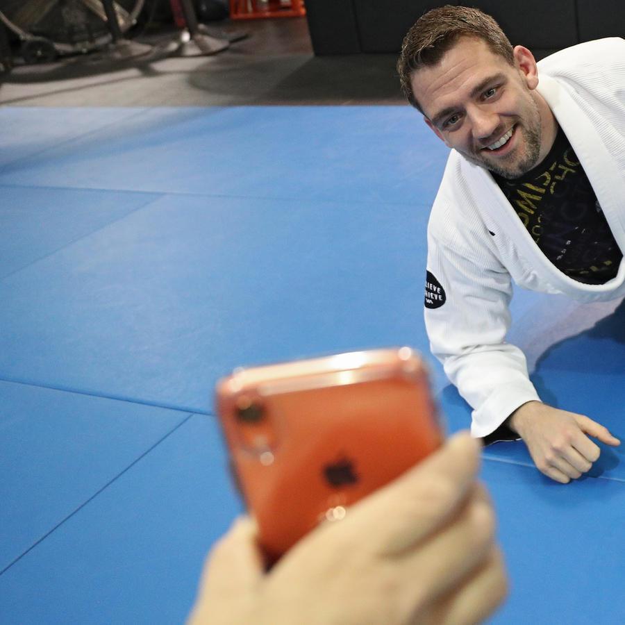 Imagen de archivo de un hombre riendo en un gimnasio.