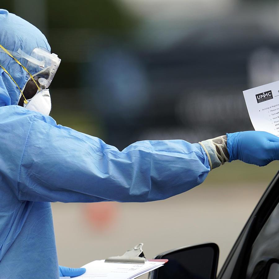 Un profesional de la salud entrega una lista de indicaciones a una persona en el Centro Médico United Memorial en Houston.