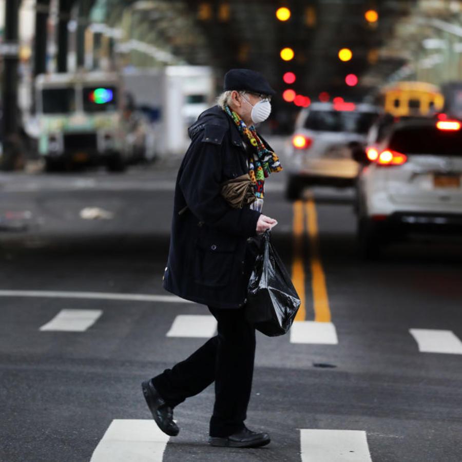 Un residente de Nueva York usa mascarilla protectora.