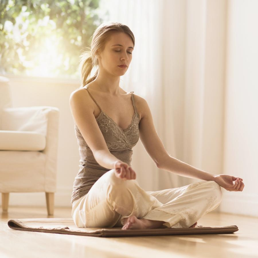 Mujer meditando en casa