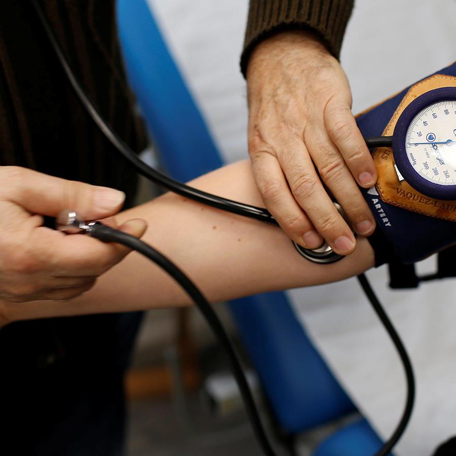 Un médico toma la tensión a un paciente en una imagen de archivo.
