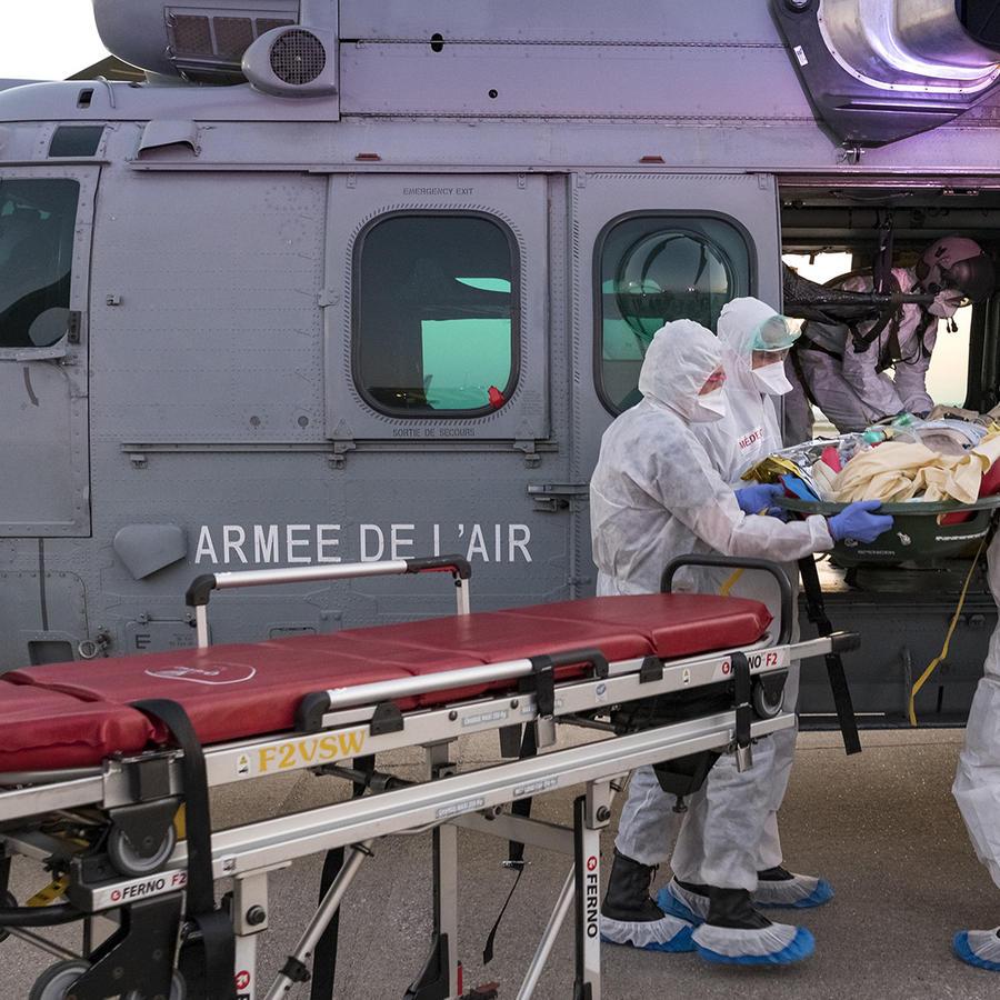 Imagen proporcionada por el Ejército de Francia que muestra el traslado de un paciente en el aeropuerto de Orly.