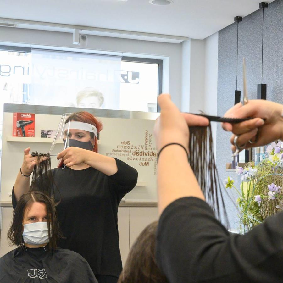Salón de belleza, corte de cabello con mascarillas