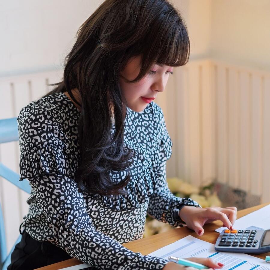 Mujer preparando impuestos