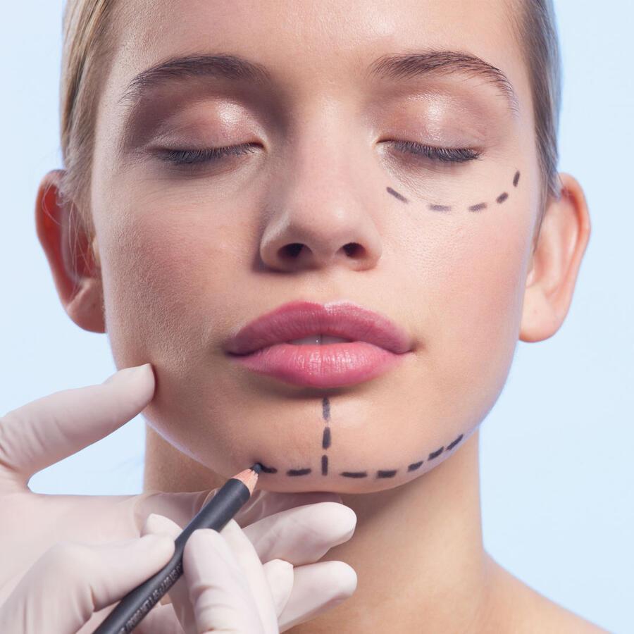 Mujer con la cara marcada