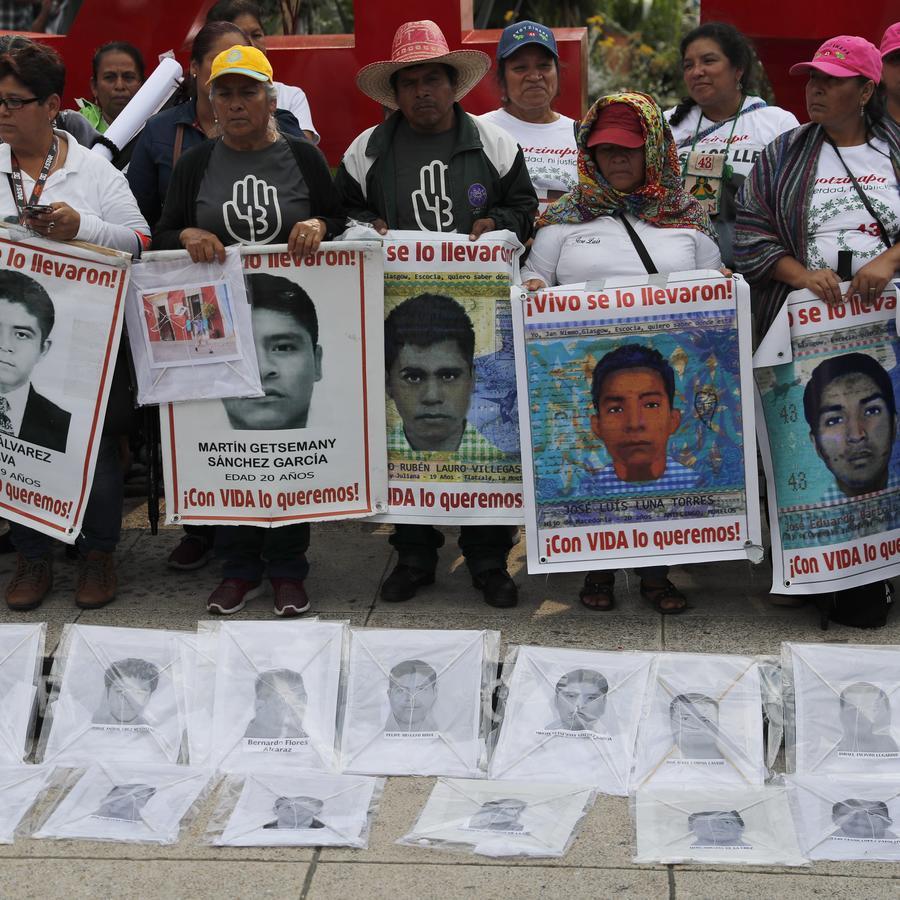 Familiares con retratos de los jóvenes durante la conmemoración del quinto aniversario de la noche en la que los 43 estudiantes fueron desaparecidos, el 26 de septiembre de 2019.