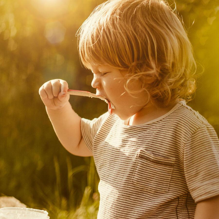 Bebé comiendo yogurt