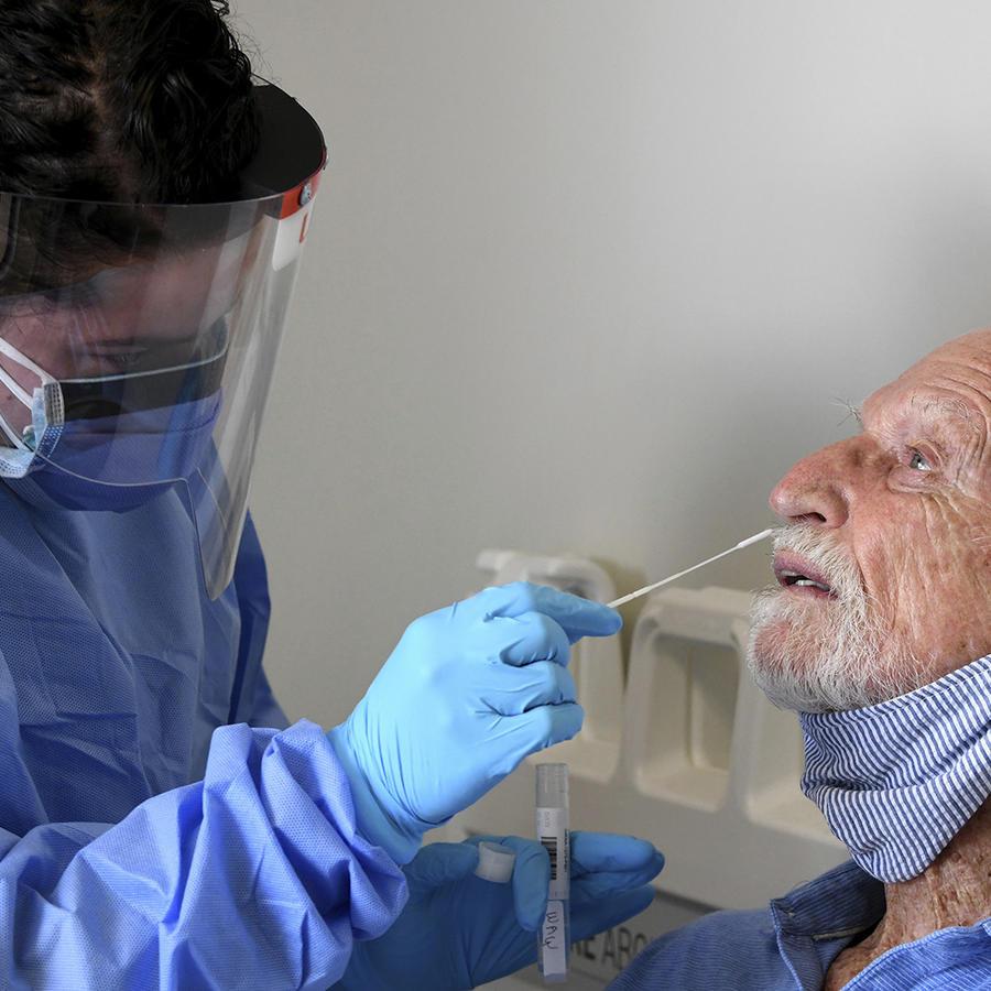 Una persona recibe la prueba del coronavirus en Miami, Florida.