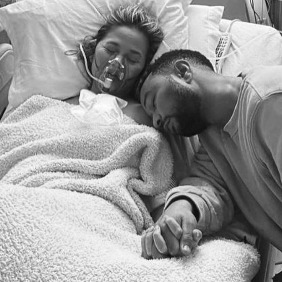 Chrissy Teigen y John Legend en el hospital