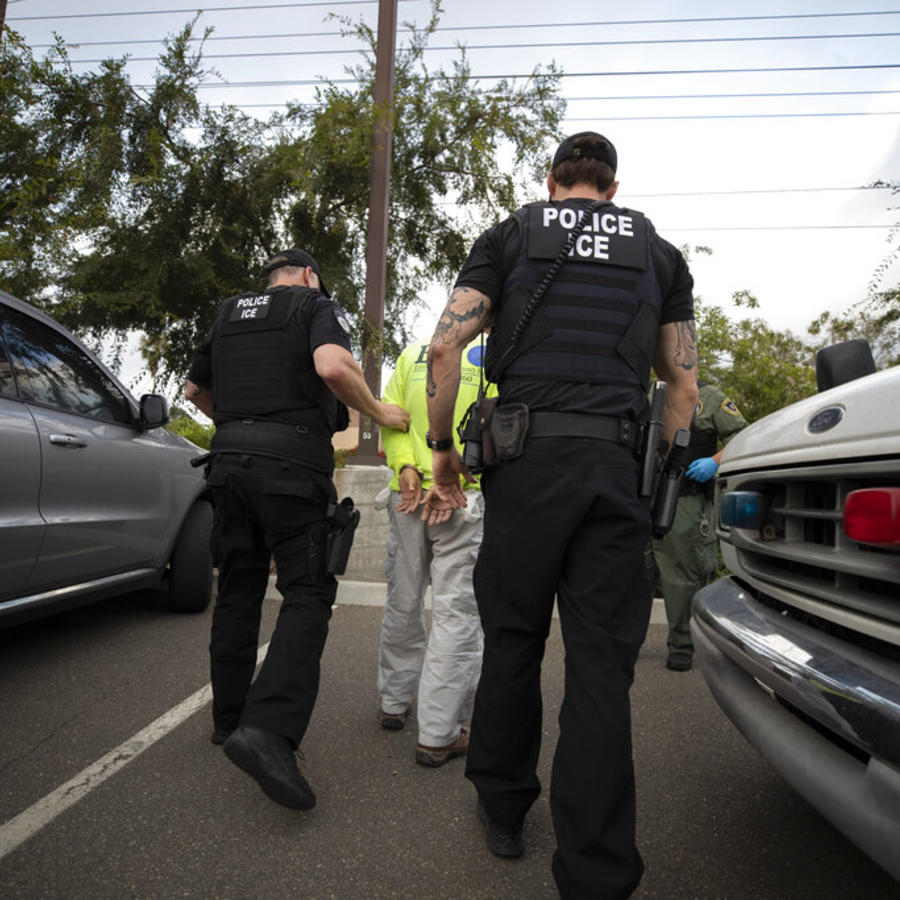 Agentes de ICE arrestan a un inmigrante en Escondido, California