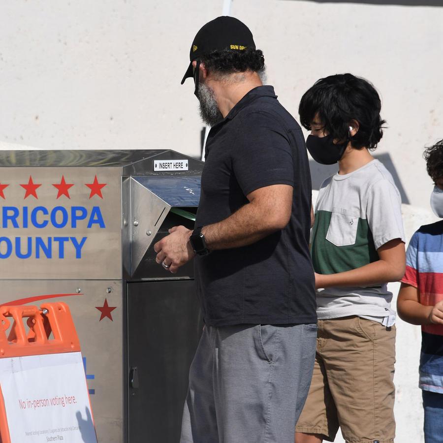 Una persona emite su voto en el condado de Maricopa, Arizona.