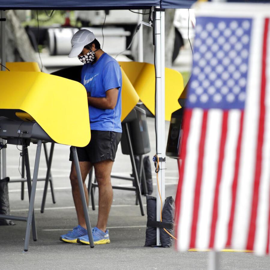 Un votante en Santa Clarita, California, el 03 de noviembre de 2020.