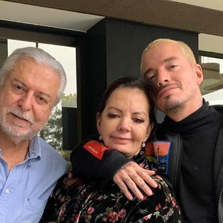 J Balvin con sus papás