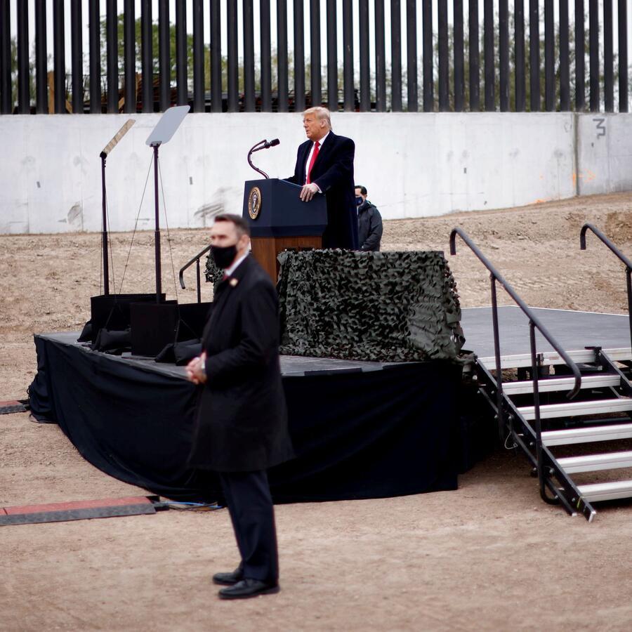 Miembros del Servicio Secreto custodiaron a Donald Trump durante su discurso en Alamo, Texas, el 12 de enero. La protección del Servicio Secreto es uno de los beneficios que los ex presidentes de EEUU reciben tras dejar el cargo.