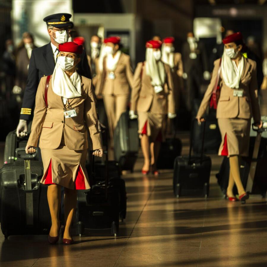 Personal de vuelo camina por el aeropuerto internacionalde Zaventem