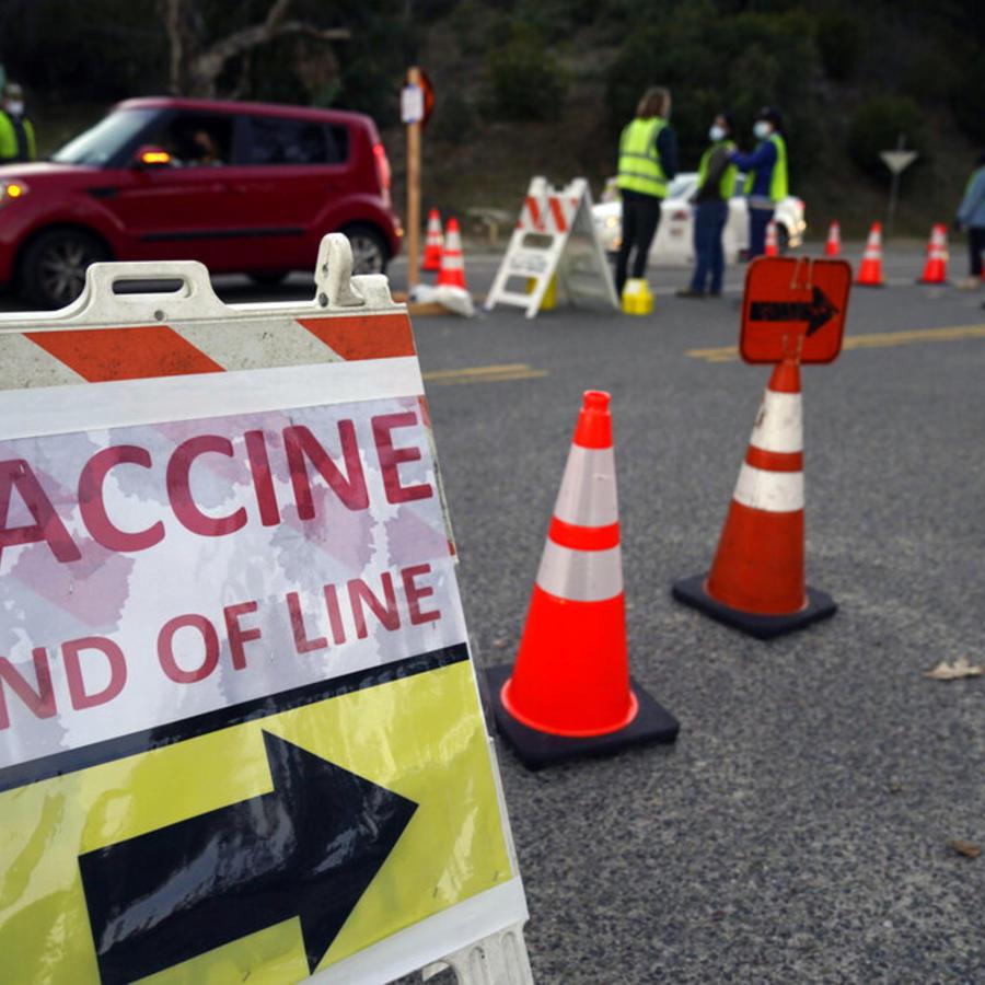Conductores con cita ingresan en el megacentro de vacunación contra el COVID-19 instalado en el estacionamiento del Dodger Stadium en Los Ángeles