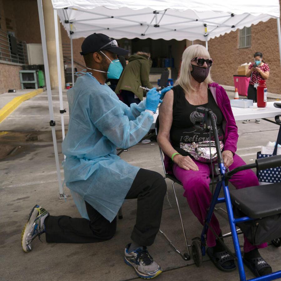 Un centro de vacunación contra el COVID-19 en Los Ángeles