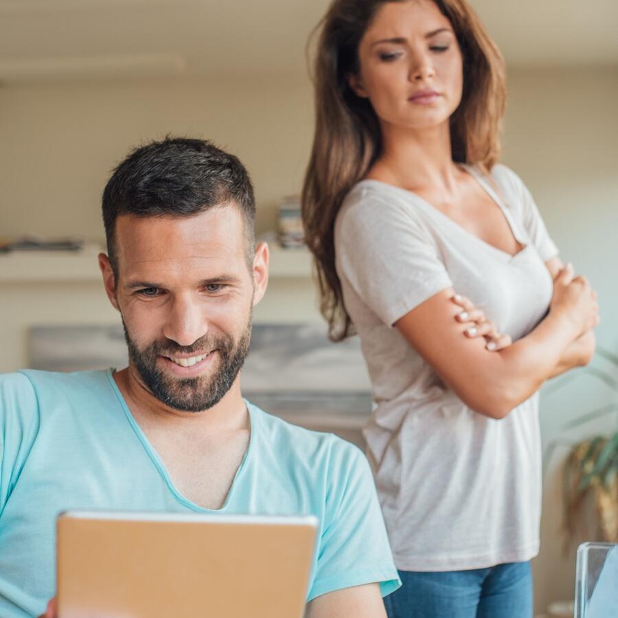 Mujer celosa espia al esposo