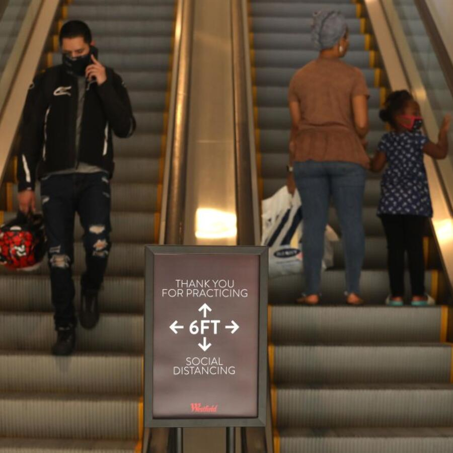 Un aviso en un centro comercial que pide mantener una distancia mínima de seis pies.
