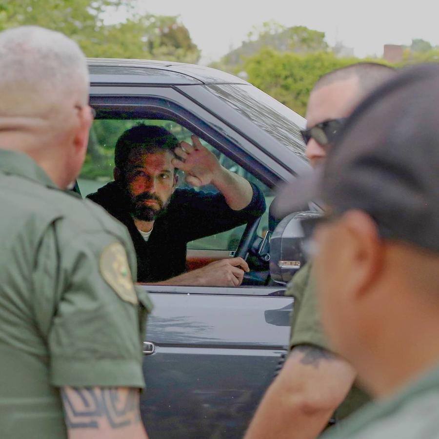 Ben Affleck en su auto, rodeado de policías