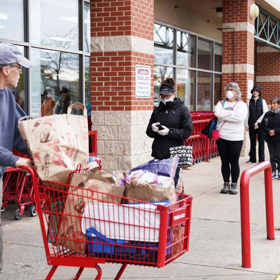 Un comprador que pasaba cerca de una fila en Trader Joe's en Bailey's Crossroads, Virginia, el 31 de marzo de 2020.