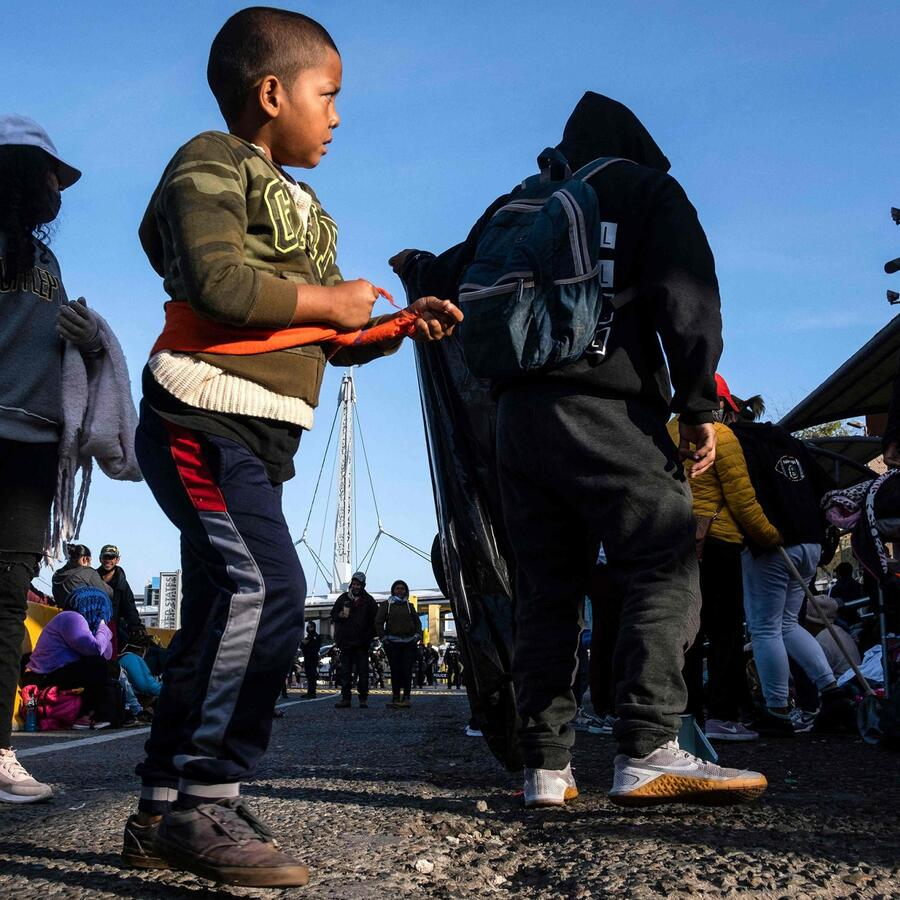 Migrantes y solicitantes de asilo en el cruce de San Ysidro, en el lado mexicano de la frontera entre Estados Unidos y México, en Tijuana, el 24 de abril de 2021.