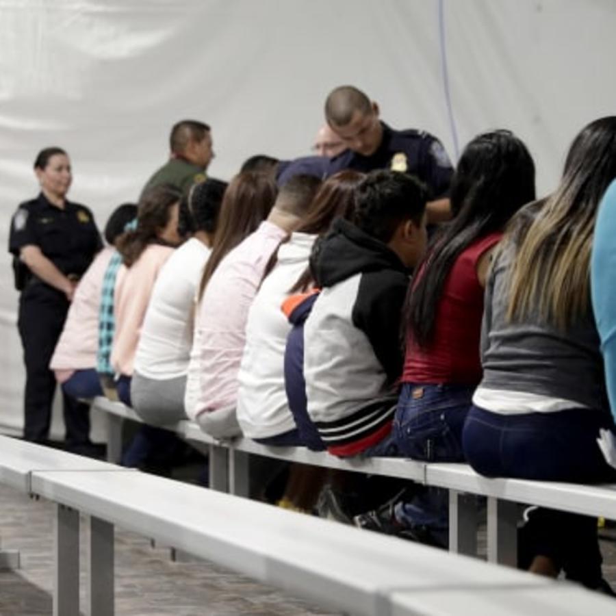 Solicitantes de asilo en un centro de procesamiento junto a un tribunal migratorio temporal, establecido en tiendas de campaña, en Laredo, Texas, en septiembre de 2019.
