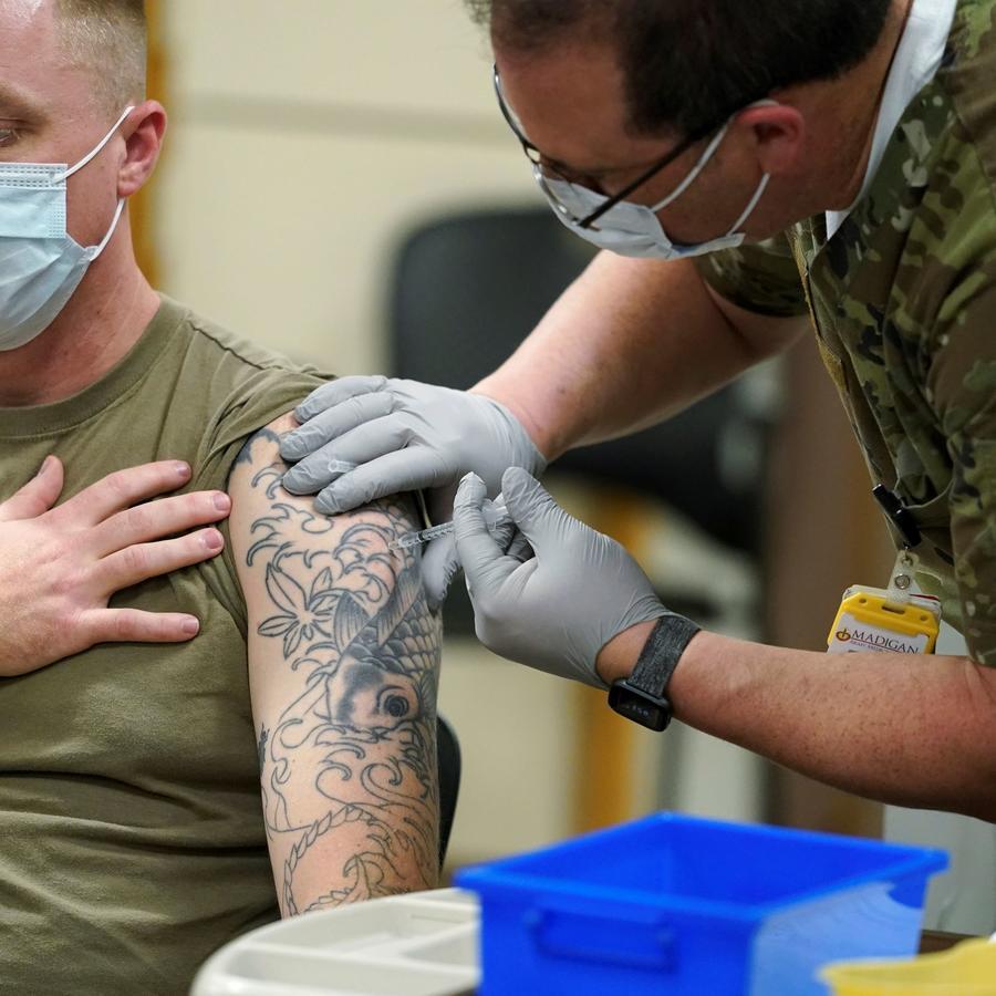 El sargento Travis Snyder recibió la vacuna del COVID-19 en un centro médico militar en el estado de Washington, en diciembre del 2020. La Casa Blanca adimitió que no alcanzará su objetivo de vacunar al 70% de los adultos antes del 4 de julio.