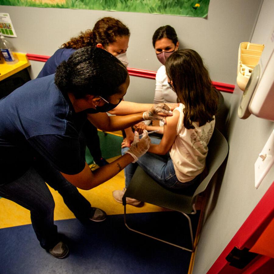 Una estudiante de secundaria recibe su primera inyección contra el COVID-19 en Georgia