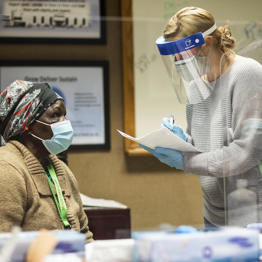 Trabajadores de Tyson Foods reciben vacunas contra el COVID-19 de parte de los funcionarios de salud en Wilkesboro, Carolina del Norte.
