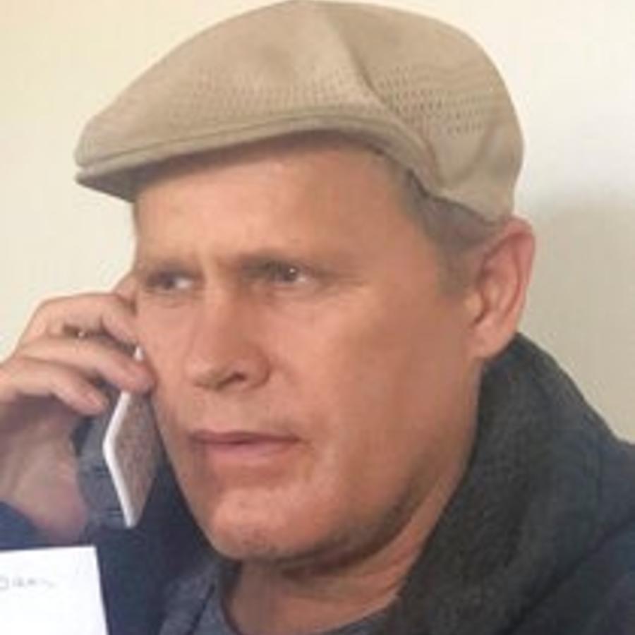 Joshua Spriestersbach habla por teléfono en una foto de archivo de marzo de 2020