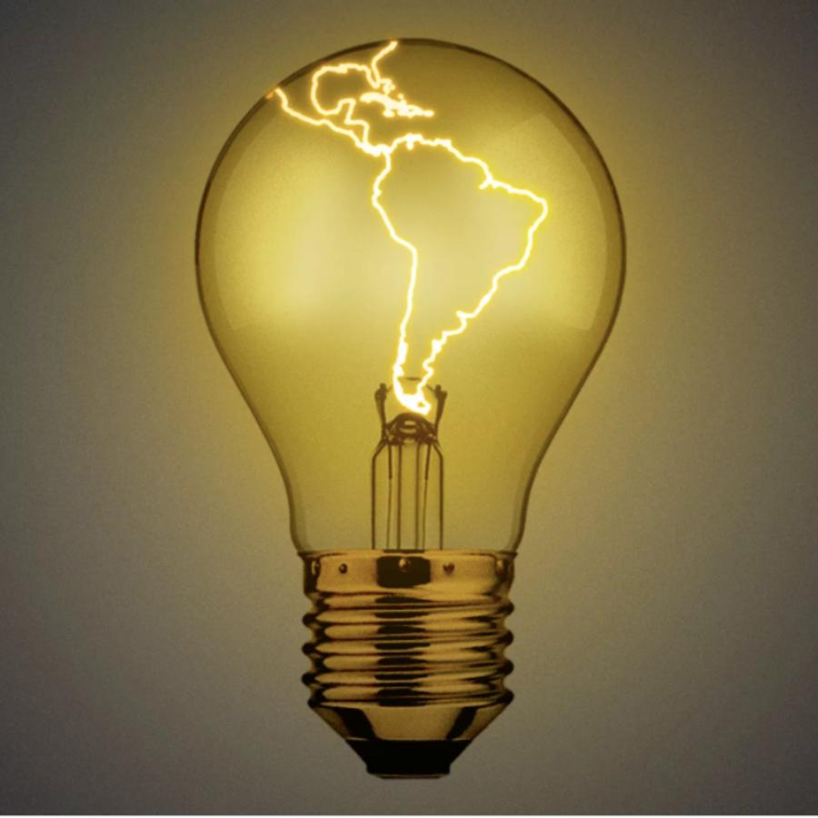 Ilustración de un foco prendido con una luz en forma de América Latina y el Caribe, en representación del ingenio de los latinos.