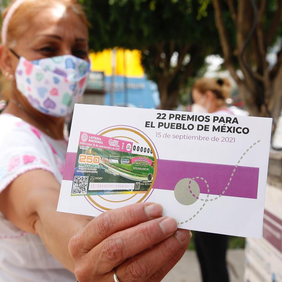 Una mujer compra billetes de lotería para el sorteo del 15 de septiembre de 2021, en Ciudad de México.