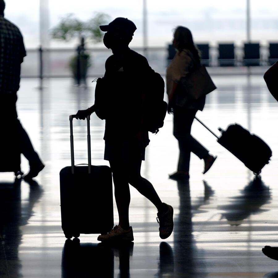 En esta foto de archivo del martes 17 de agosto de 2021, los viajeros se mueven a través del Aeropuerto Internacional de Salt Lake City.