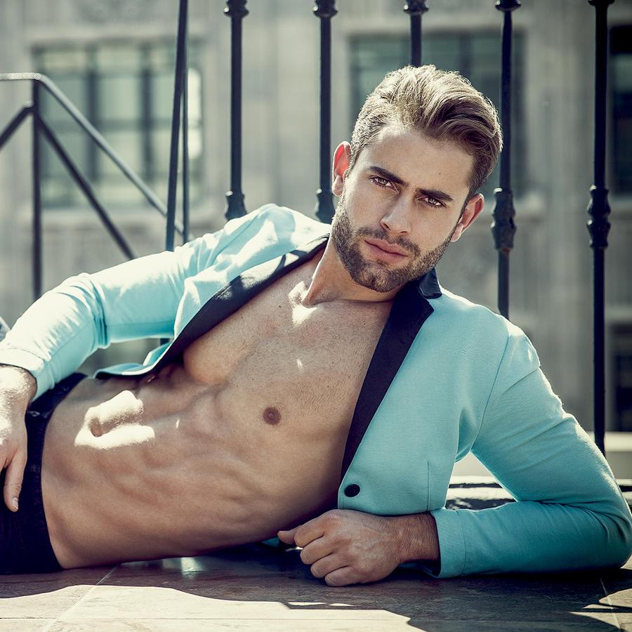Gabriel Rossi posando con chaqueta azul abierta