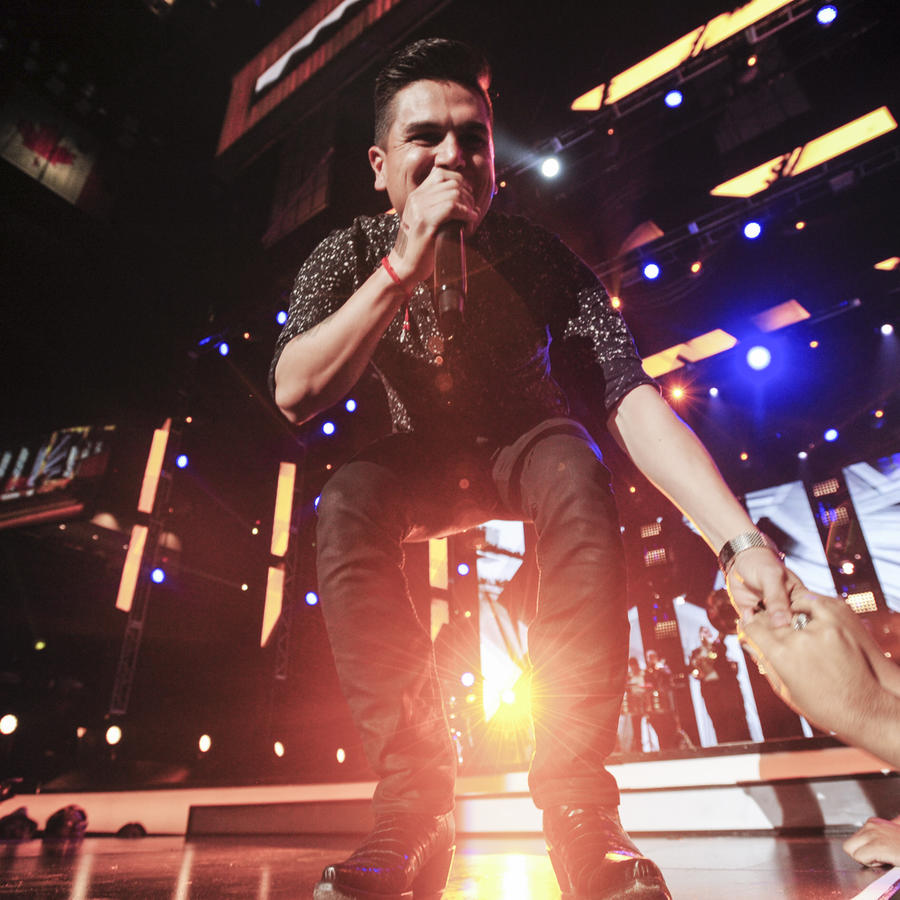 """Telemundo's """"Premios Tu Mundo"""" Awards 2015 – Performance"""