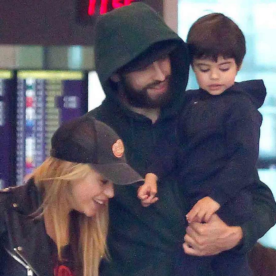 Shakira, Gerard Piqué y Milan en el aeropuerto de Barcelona