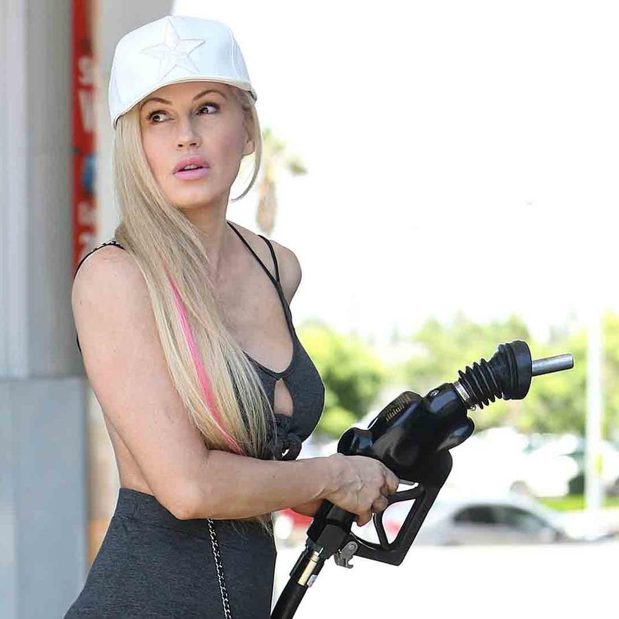 Ana Braga poniendo gasolina en Los Ángeles