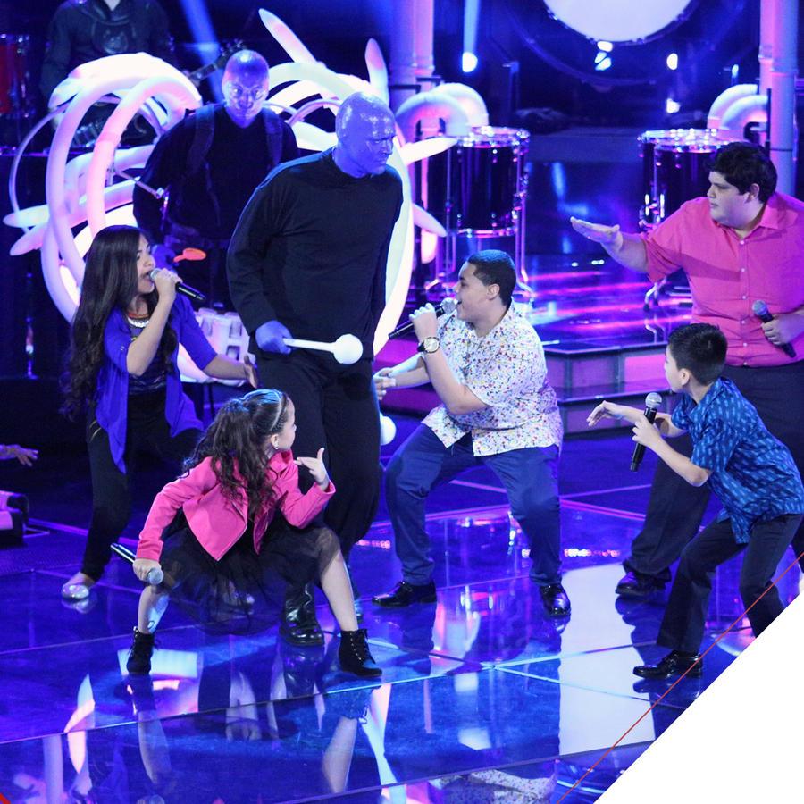 Seis finalistas cantando con el Blue Man Group de La Voz Kids