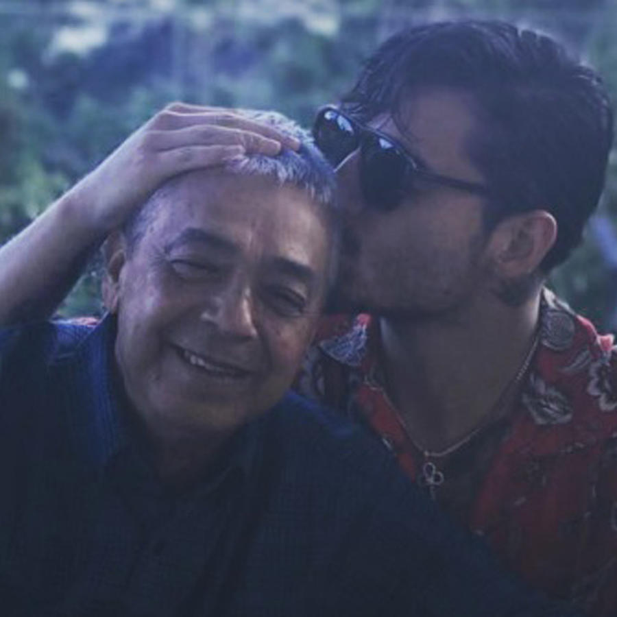 Maluma dándole un tierno beso a su abuelo