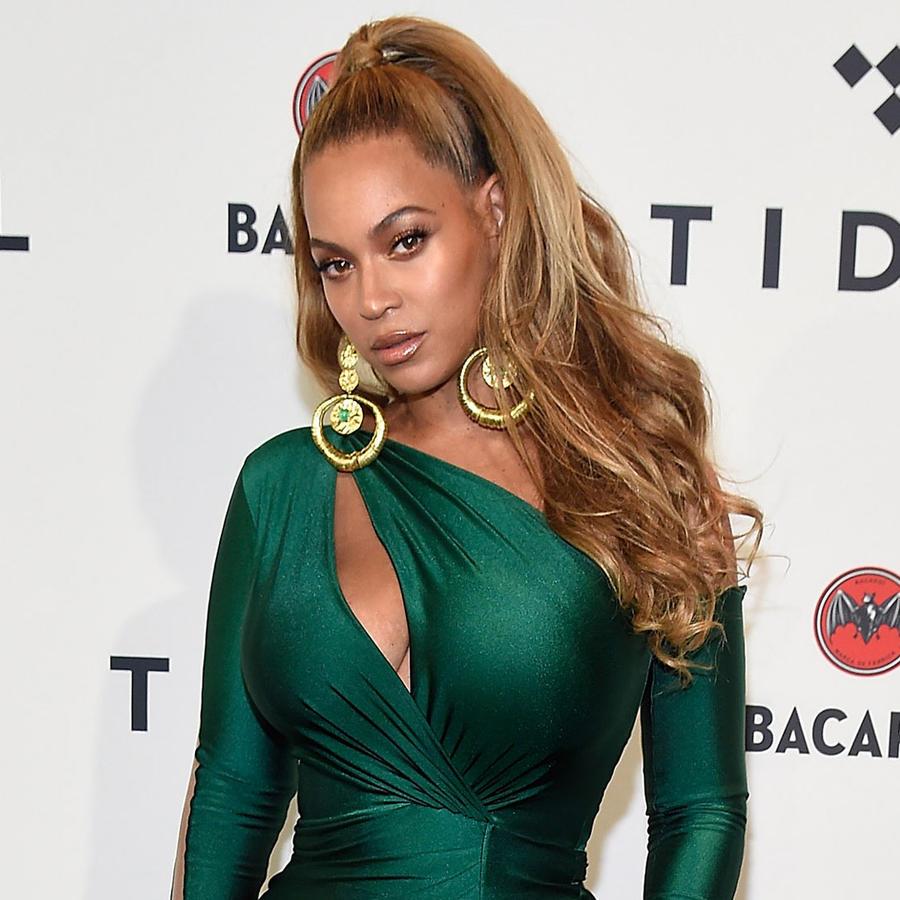 Beyoncé con un vestido verde esmeralda